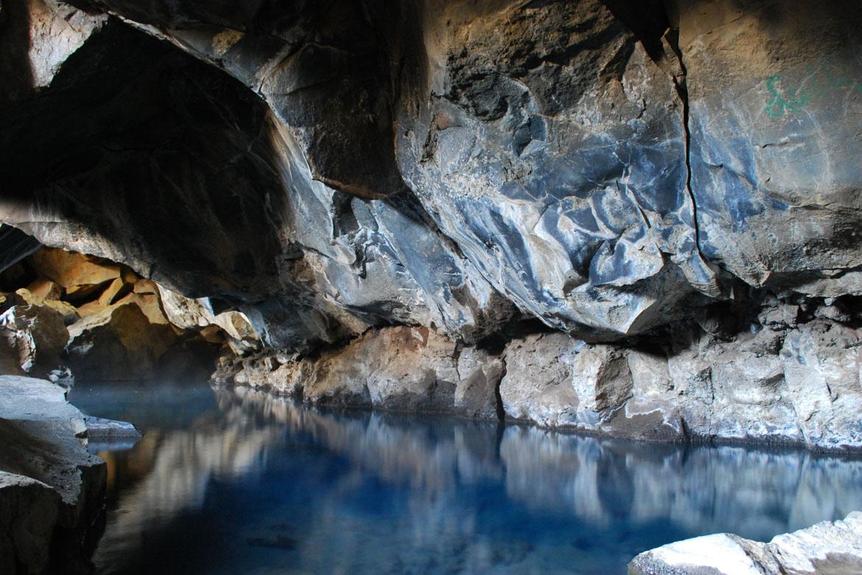 Grjotagja_caves_in_summer